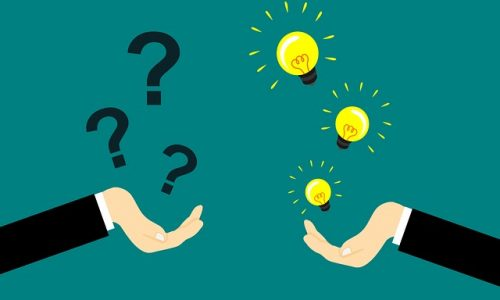 Deux mains tendues face à face. Une main est associée à des questions posées grâce à des points d'interrogation. L'autre main est associée à des idées grâce à des dessins d'ampoules.