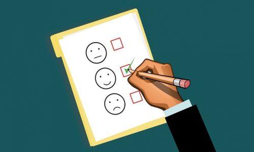 illustration montrant une personne en train de faire le meilleur choix pour son assurance de prêt en cochant une case